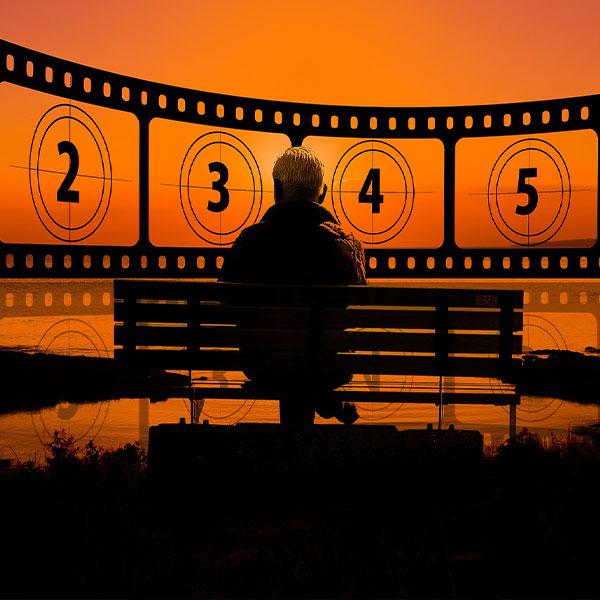 immagine con una persona seduta che osserva una pellicola