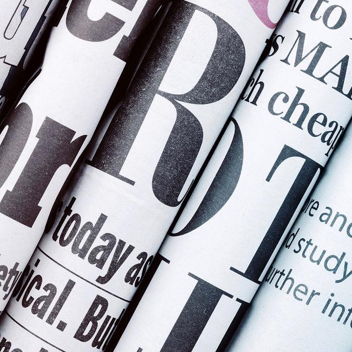 immagine con tanti giornali